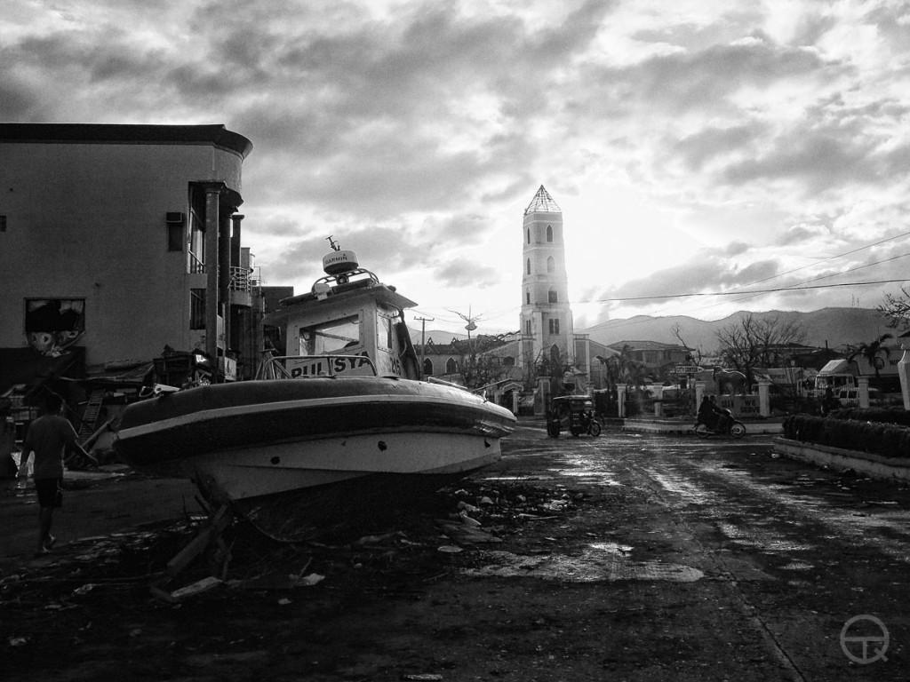 Un bateau échoué au milieu d'une rue.