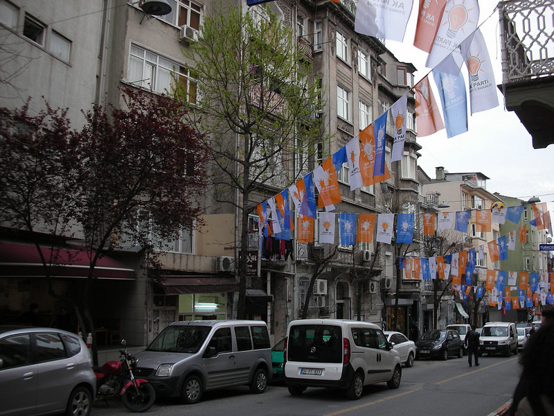Des fanions de l'AKP dans une rue d'Istanbul le 27 mars 2014. (photo flickr/Yoav Lerman)