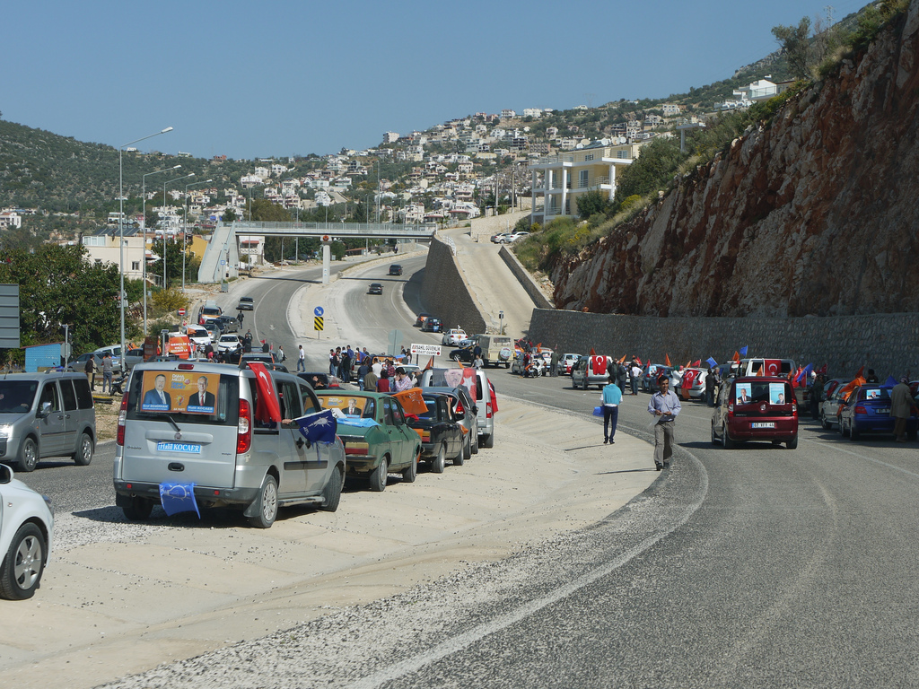 Des convois de campagnes electorales le 27 mars 2014 à Kalkan. (photo flickr/tristanf)