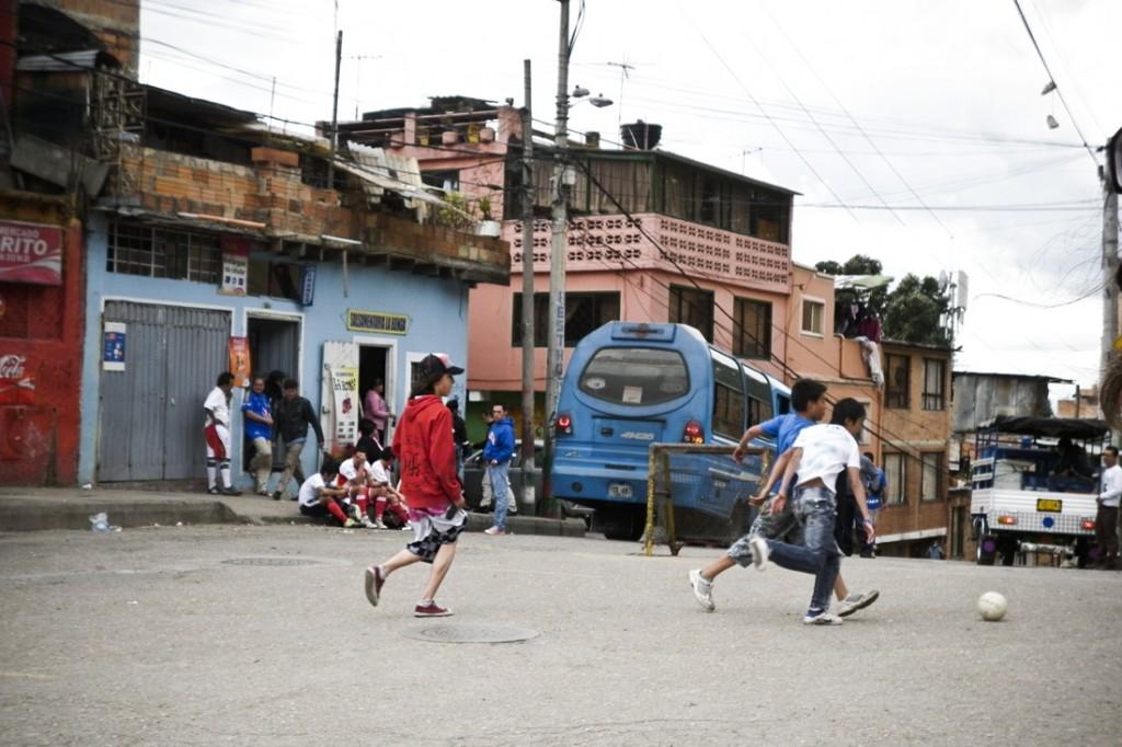 Le quartier JuanXXIII, à Bogota, est une zone de grandes inégalités, très pauvre d&#039; un côté de la rue et extrêmement riche à l&#039; autre bout. (photo Camille Jourdan)