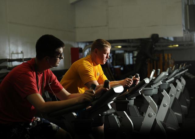 Selon l'Assurance maladie, 20 mn d'exercice par jour suffisent pour diminuer le risque de diabète, d'hypertension artérielle ou de cholestérol. (photo flickr/Official U.S. Navy Imagery)