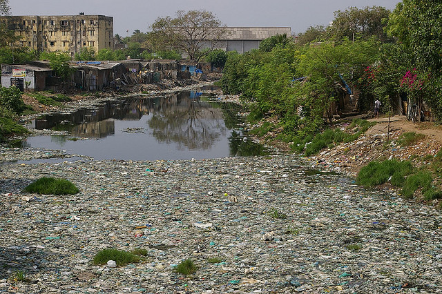 Pollution d'une rivière à Chennai, en Inde. (photo flickr/a_sorense)