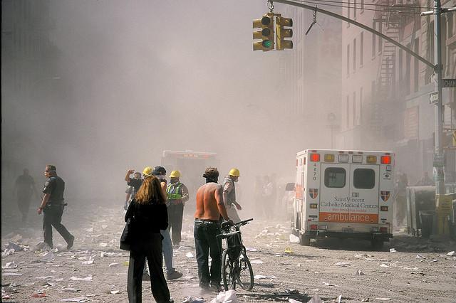 Au croisement de Chambers Street et Church Street, à 400 mètres du World Trade Center, le 11 septembre 2011. (photo flickr/khaosproductions)