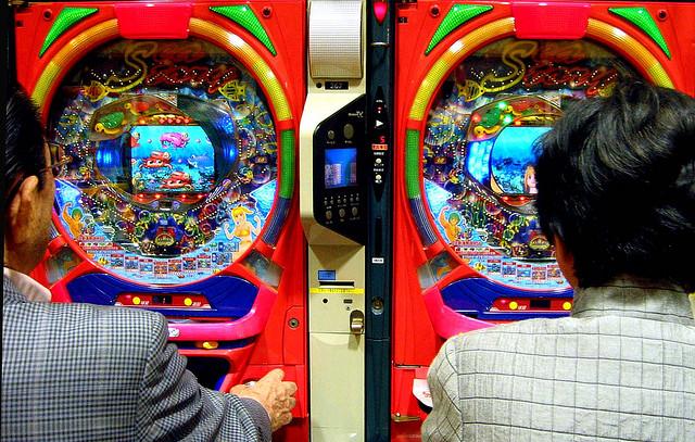 Deux hommes en pleine partie de pachinko. (photo flickr/Kallu)