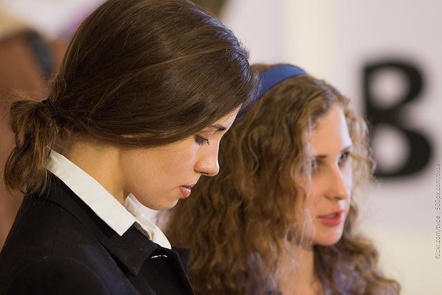 Maria Alyokhina et Nadezhda Tolokonnikova, membres iconiques de Pussy Riot, ont passé plus d'un an en prison suite à leur performance dans une église orthodoxe de Moscou en février 2012.  (photo Flickr/tvoe)