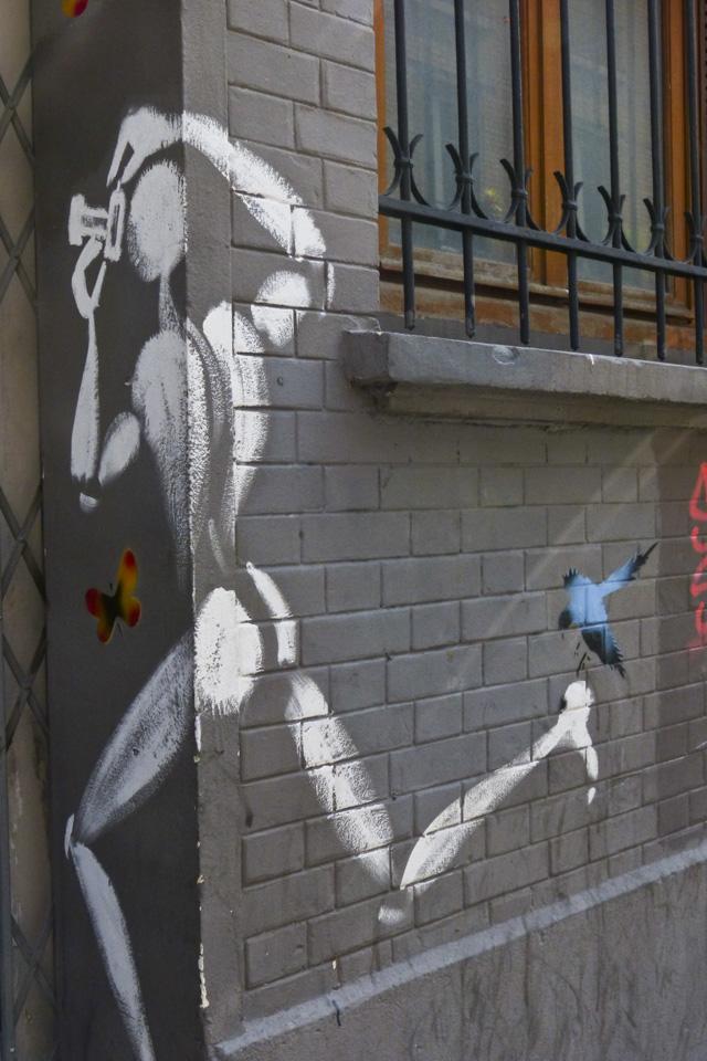 """Le peintre Jérôme Mesnager promène son """"homme blanc"""" dans tout Paris depuis plusieurs dizaines d'années, explique Vincent. (photo 8e étage/Camille Jourdan)"""