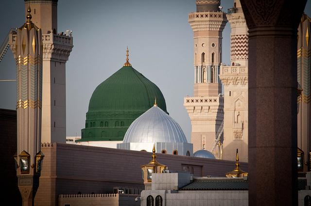 La tombe du prophète Mahomet, abritée sous le dôme vert de la Sainte-Mosquée d'al-Masjid al-Nabawi à Médine, en Arabie Saoudite, est le deuxième site sacré en ordre d'importance pour les musulmans sunnites et chiites après la Mecque. (flickr/osamasaeed)