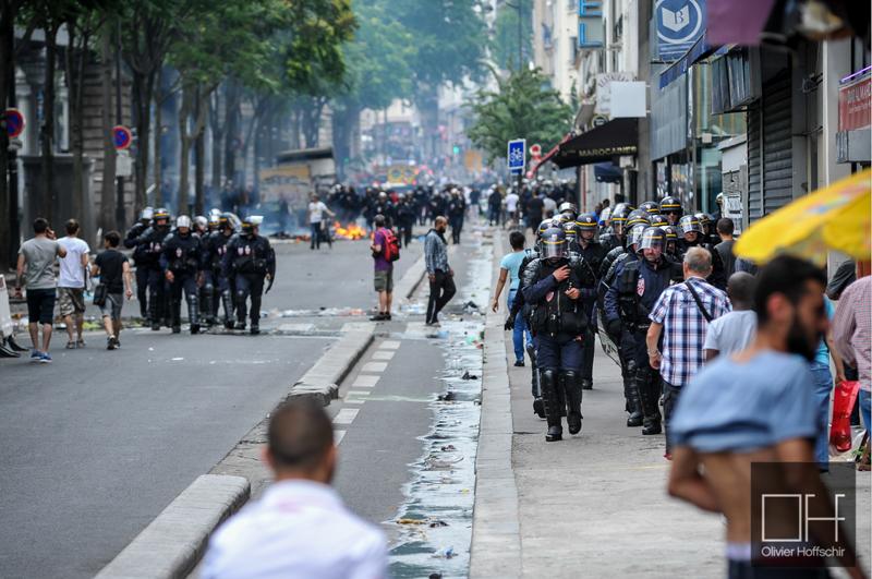 Déploiement de CRS à Barbès pour contenir les groupes de casseurs arrivés en fin de manifestation propalestinienne (interdite). Deux véhicules de la RATP sont incendiés et plus commerces de quartier sont vandalisés. (photoOlivierHoffshir/8e étage)