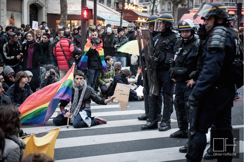 Défilé de la Manif Pour Tous dans le sud parisien. Un groupe de manifestants pro mariage gay arrive via une rue perpendiculaire. Les CRS encerclent la contre manif afin d'éviter que les deux cortèges ne se rencontrent et forme un mur entre les provocations des deux bords. (photoOlivierHoffshir/8e étage)
