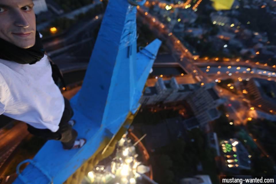 Musted Wanted prend un selfie en haut de l'immeuble d'habitation de la berge Kotelnitcheskaïa, l'un des sept gratte-ciel de Moscou. Il vient de perdre l'étoile rouge, symbole de la période communiste, des couleurs du drapeau ukrainien.