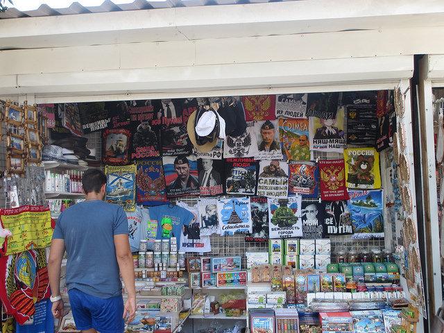 Un kiosque pour touristes à Sébastopol en Crimée. (source flickr/eltpics)