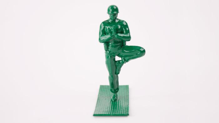 La position de l'arbre tenue par la représentation en plastique d'un membre du corps militaire américain. (www.brogamats.com)