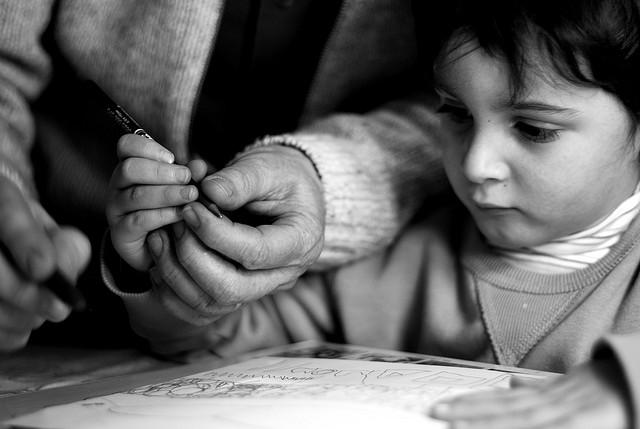 Apprendre à tenir un stylo. Une compétence bientôt obsolète? (photo flickr/f-clerc)