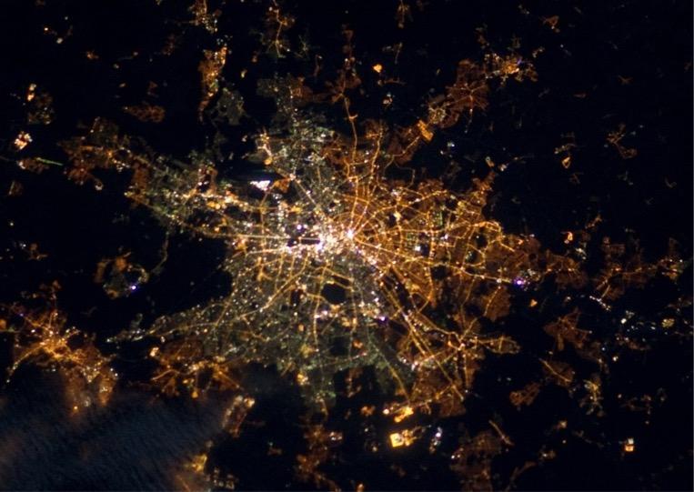 Berlin, la capitale allemande, vue du ciel. Les lumières jaunes sont celles de l'est de la ville, les tons plus verdâtres celles de Berlin Ouest. Cette photo a été prise par André Kuipers depuis la Station Spatiale Internationale. (Photo: ESA/NASA)
