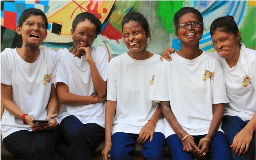 Les volontaires du Sheroes Cafe, à Agra, au nord de l'Inde. (photo Stop Acid Attacks)