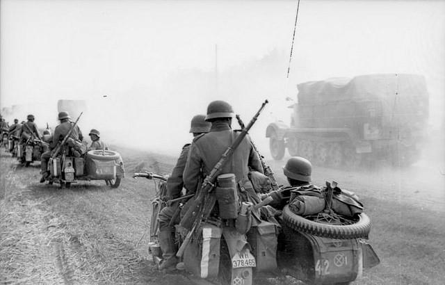 En 1941, Union Soviétique, une colonne allemande de side-cars au début de l'opération Barbarossa qui marque l'invasion de l'Union soviétique par l'Allemagne nazie. (photo flickr/ ww2gallery)