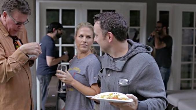 """Selon Zane Lamprey, la """"Drinking Jacket"""" laisse les mains libres pour """"autre chose"""". Malin! (capture écran Vimeo)"""