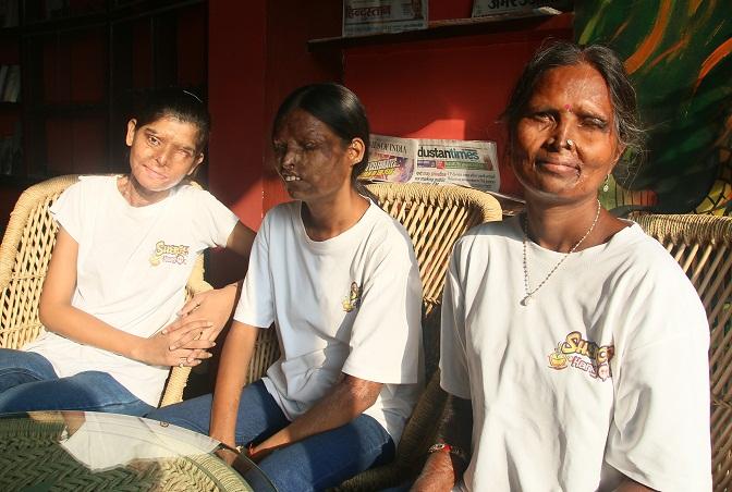 De gauche à droite, Ritu, Neetu, et sa mère Geeta. (photo Stop Acid Attacks)