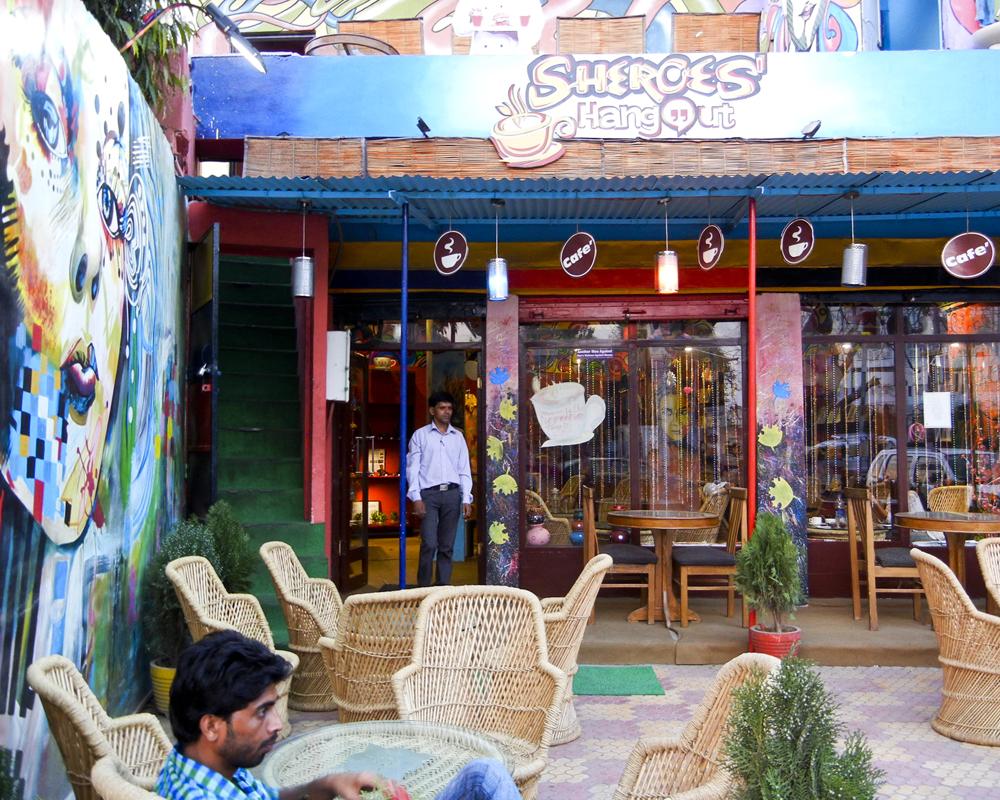 L'extérieur du Sheroes Café, à Agra, en Inde. (photo AgatheRigo/8e étage)