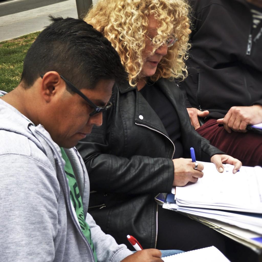 Les militants étudient les dossiers de chacun. (photo CamilleJourdan/8e étage)