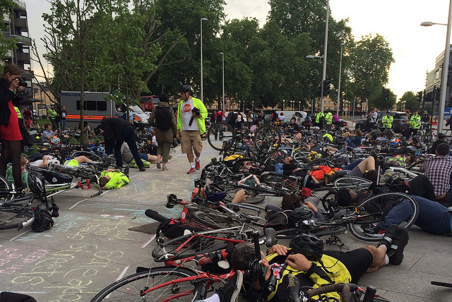 "Déjà en 2014, les cyclistes de Londres avaient fait un ""die-in"" (Photo Flickr / Clogsilk)"
