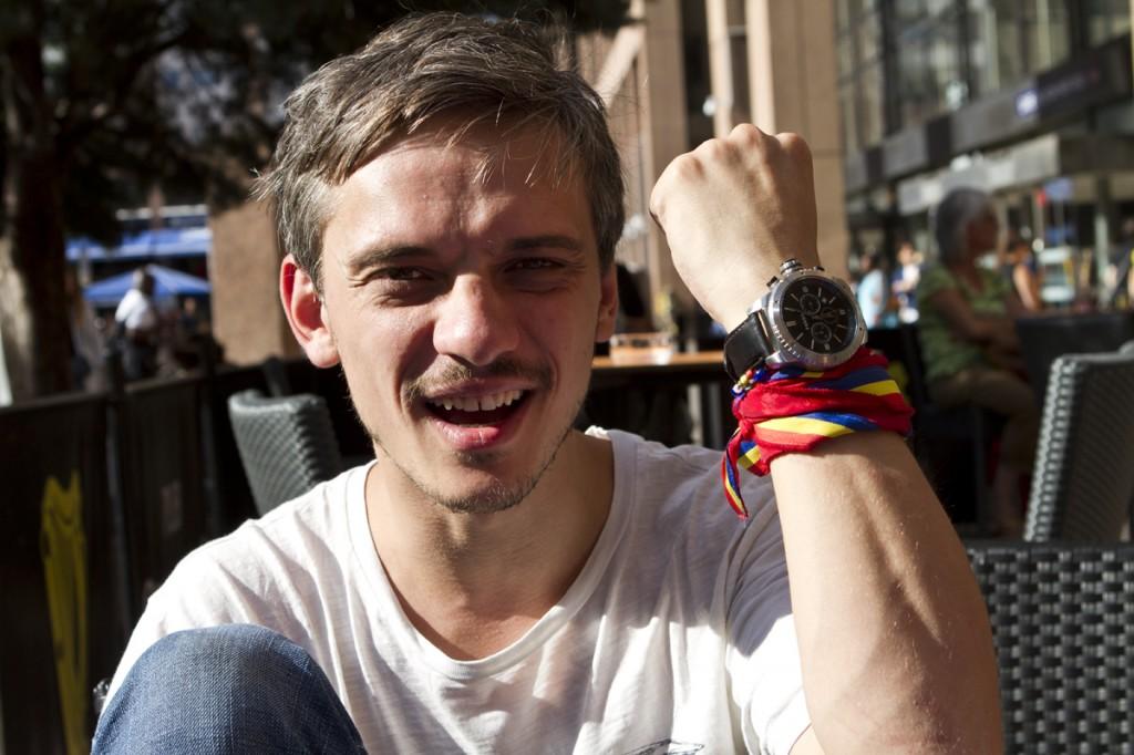 Andrei avec sa montre troquée contre un câble de téléphone. (photo MaximeLelong/8e étage)