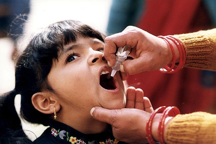 Le vaccin contre la polio peut être injecté sous la forme d'une piqûre ou oralement. (Photo Flickr - CDC Global)