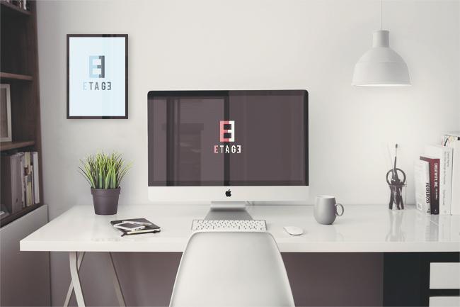 Une photo de bureau qui ne ressemble pas du tout à la description faite ci-dessus et sur laquelle on a incrusté le logo de 8e étage.