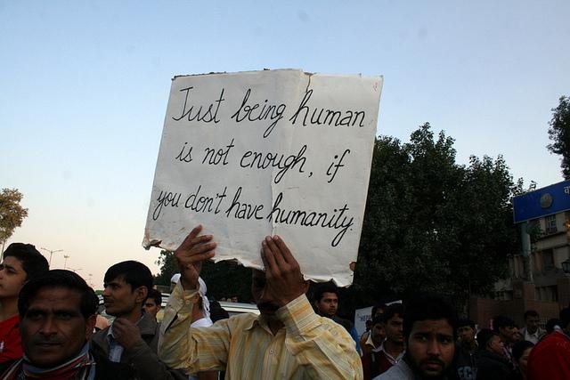 Des Indiens manifestent dans les rues de New Delhi après qu'une nouvelle affaire de viol collectif a fait les gros titres des journaux du pays en 2013. (Photo Flickr/Ramesh Lalwani)