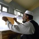 Un membre de l'organisation électorale prépare les urnes pour l'élection  du 20 août 2009 à Kandahar. (flickr/DFATDMAECD)