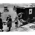 Des volontaires de la Croix Rouge américaine transportent une victime de la grippe espagnole, 1919. (photo flickr/British Red Cross)