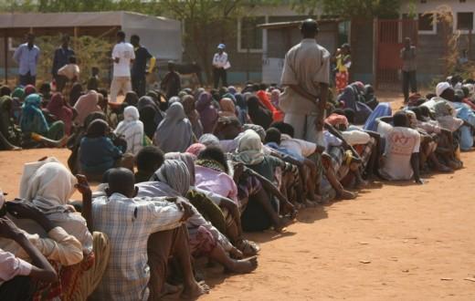 A Dadaab, au Kenya, les gens font la queue pour recevoir de l'eau, des couvertures, des bâches et de la nourriture. (photo flickr/Oxfam International)