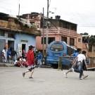 Le quartier Juan XXIII, à Bogota, est une zone de grandes inégalités, très pauvre d'un coté de la rue et extrêmement riche à l'autre bout. (photo Camille Jourdan)