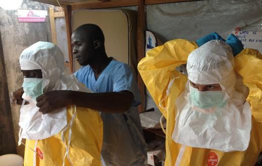 Une équipe médicale se préparant à aller au contact de la population en Guinée.  (Source Commission Européenne DG Echo)