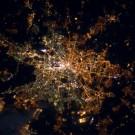 Berlin, la capitale allemande, vue du ciel. Les lumières jaunes sont celles de l'Est de la ville, les tons plus verdâtres celles de Berlin Ouest. Cette photo a été prise par André Kuipers depuis la Station Spatiale Internationale. (Photo : ESA/NASA)