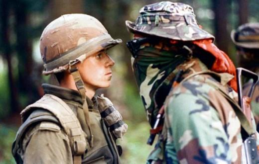 Le face-à-face entre le soldat Patrick Cloutier et le Warrior Brad «Freddy Krueger» reste le cliché le plus célèbre de la Crise d'Oka. (photo Shaney Komulainen)