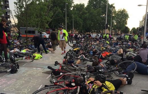 """Déjà en 2014, les cyclistes de Londres avaient fait un """"die-in"""" (Photo Flickr / Clogsilk)"""