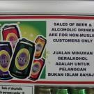 """""""La vente de bières et de boissons alcoolisées est réservée aux non-musulmans"""" (Photo Flickr / Paul Fenwick)"""