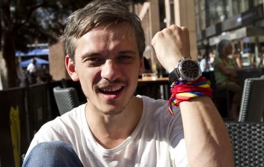 Andrei avec sa montre troquée contre un câble de téléphone. (photo Maxime Lelong/8e étage)