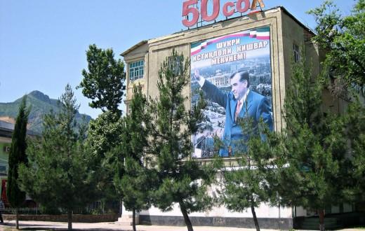Les affiches géantes à l'effigie d'Emomali Rahmon, président depuis 1994, sont monnaie courante au Tadjikistan. (Photo Flickr/ Prince Roy)