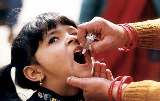 Une petite fille se fait vacciner contre la polio en Inde. (Photo Flickr/ CDC Global)