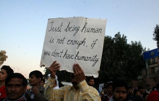Des Indiens manifestent dans les rues de New Delhi après qu'une nouvelle affaire de viol collectif ait fait les gros titres des journaux du pays en 2013. (Photo Flickr/Ramesh Lalwani)