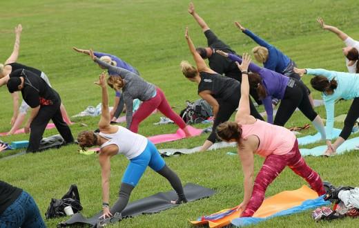 Le yoga, venu d'Inde, est aujourd'hui très populaire en Occident. (Photo Overland Park - Flickr)