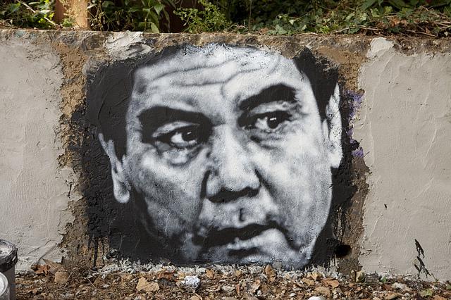 Une murale représentant Gurbanguly Berdimuhamedow visible à la Demeure du Chaos, à proximité de Lyon. (Photo Flickr/thierry ehrmann)