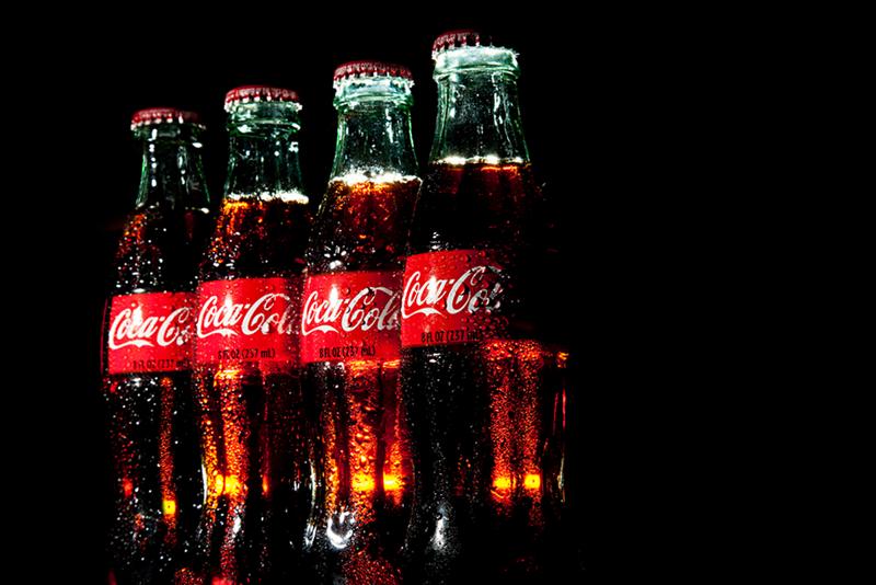 Si Coca-Cola a promis de réduire de 20% la quantité de sucre de la majorité de ses boissons, il n'en est rien pour son produit phare du même nom. (photo flickr/cowboyphotoslv)