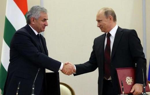 Le président abkhaze Raul Khadjimba serre la main de Vladimir Poutine après la signature d'un partenariat stratégique en 2014. (Photo Flickr/Day Donaldson)
