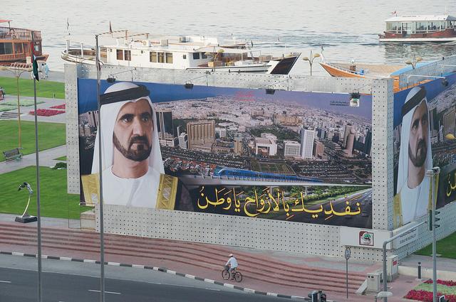 A Dubaï, sur un panneau publicitaire une photo de l'émir Mohammed bin Rashid Al Maktoum. (Photo Flickr/A.Davey)
