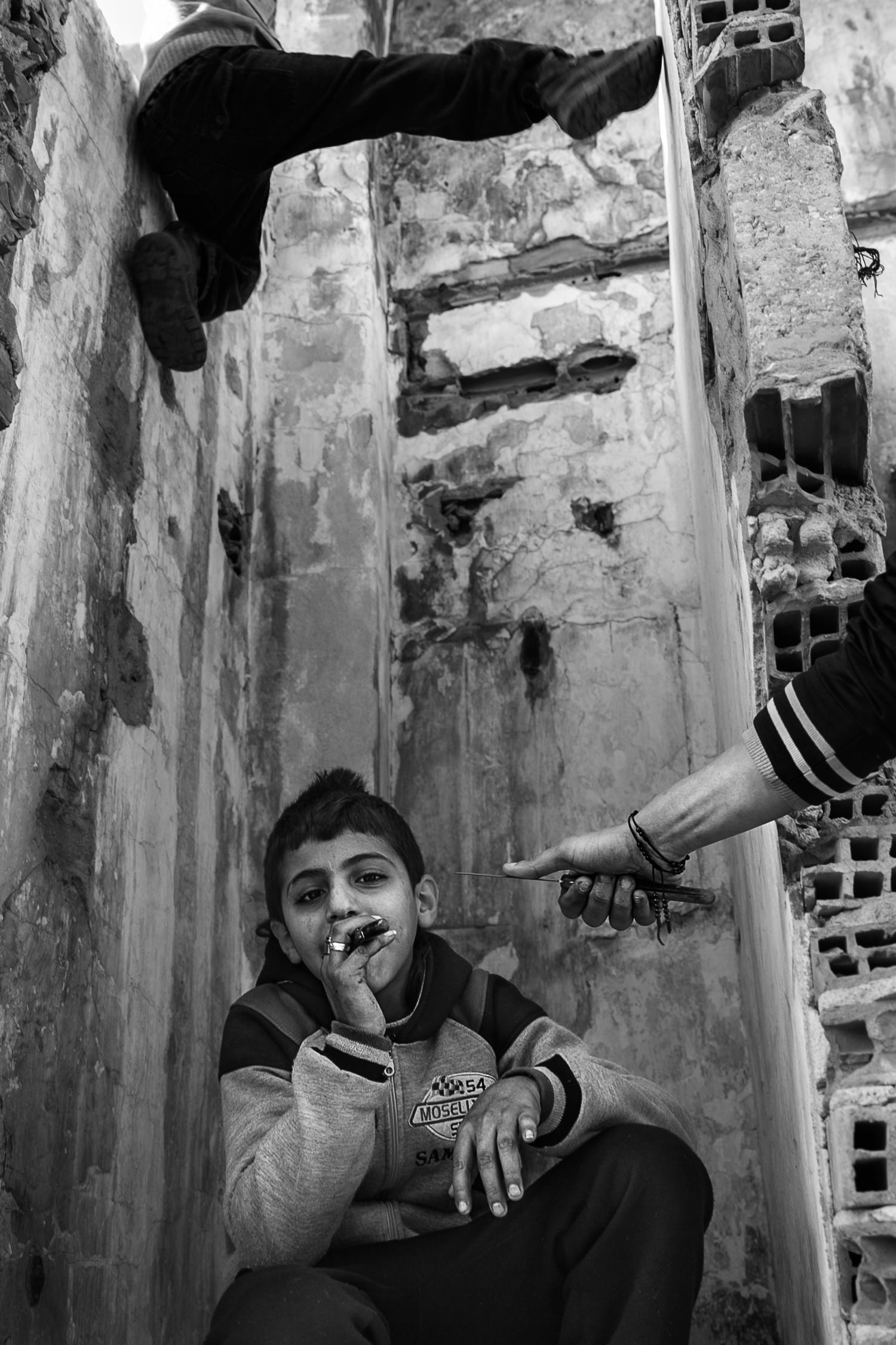 Abdallah, 13 ans. Tous étaient très fiers de montrer leur dextérité au couteau. (photo Baudouin Nach/8e étage)