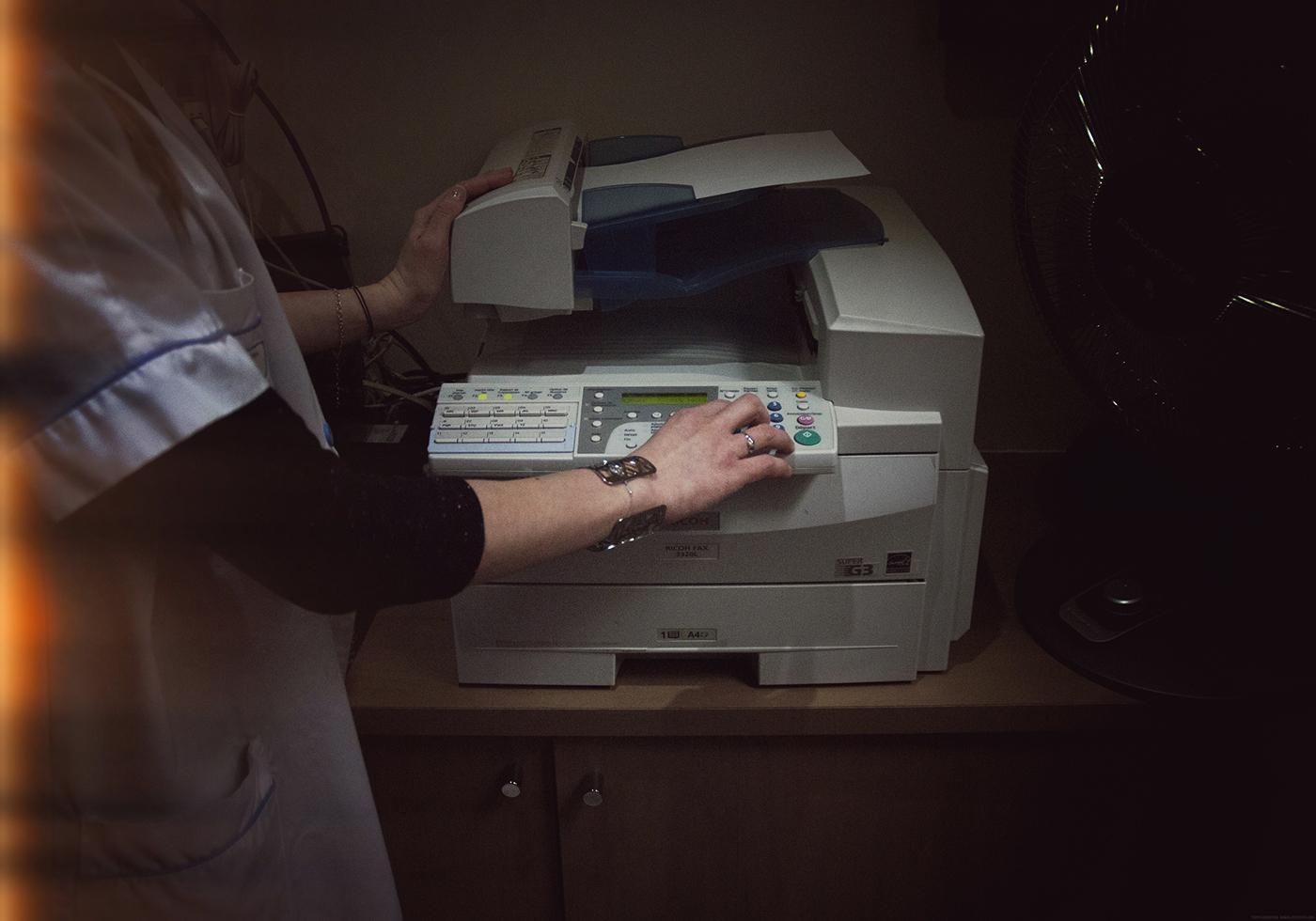 À l'heure de la chirurgie à distance et des cœurs artificiels, le télécopieur fait de la résistance dans les hôpitaux. (Télécopieur de la Clinique Sainte Geneviève, Paris. Photo Marie Hamel/8e étage)