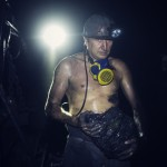 Mikhail Ivanov a commencé à travailler dans les mines pour mettre sa femme Tatjana et ses enfants à l'abris. Pendant longtemps les affaires ont été bonnes mais l'inflation a rendu le métier de mineur dangereux et mal payé. (photo Kyrre Lien/8e étage)